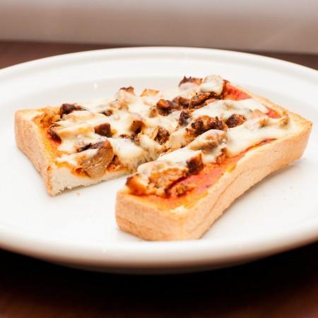 豚辛子漬を使ったちょっと辛めなピザトースト